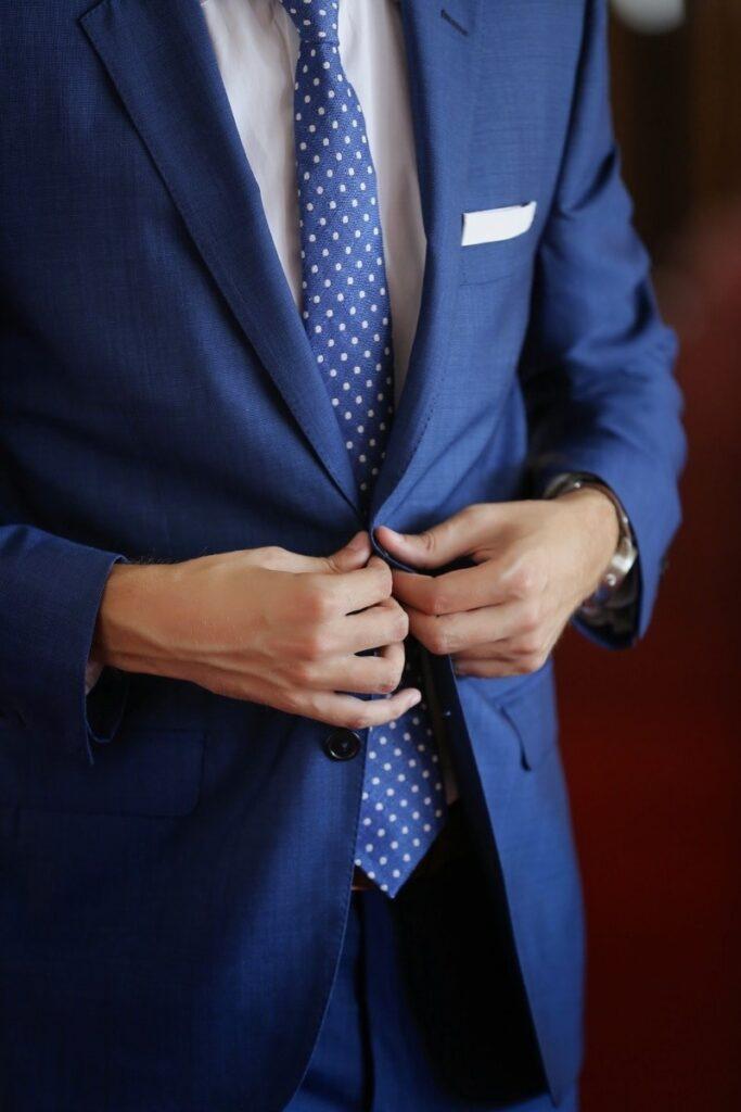 استفاده از اکسسوری به هنگام پوشیدن کت شلوار مدیریتی
