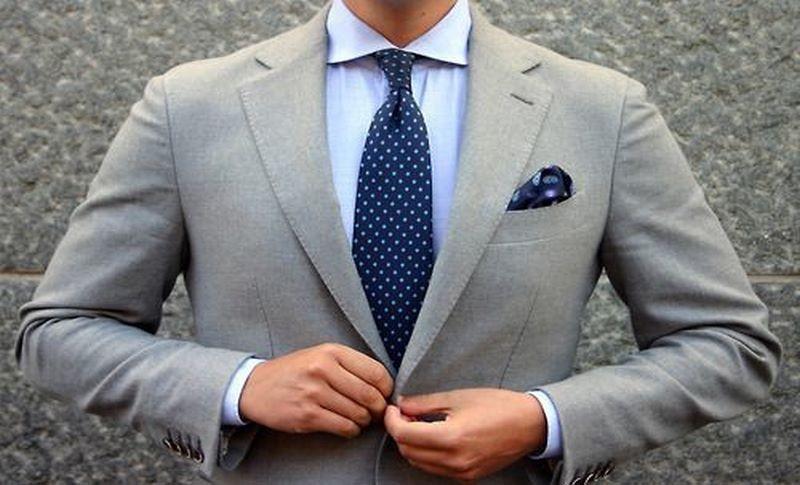 پیراهن آبی با کت شلوار طوسی
