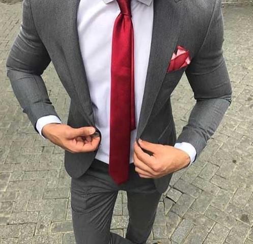 کراوات قرمز یک تضاد جذاب با کت شلوار طوسی