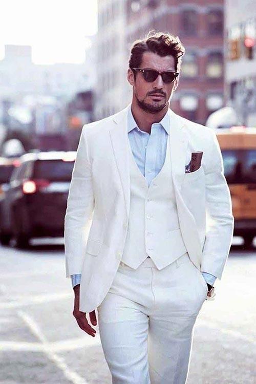 جنس کت شلوار سفید اهمیت بالایی دارد
